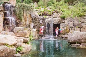 rodzina w ogrodzie japońskim