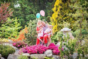szczęśliwa rodzina w ogrodzie japońskim